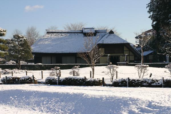 雪の曲がり屋
