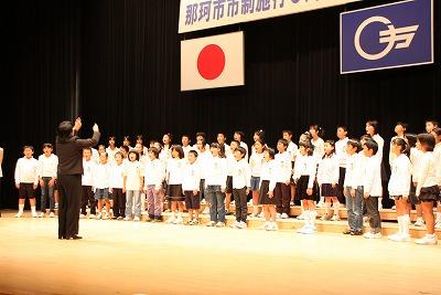 那珂市民の歌を斉唱する瓜連小学校児童