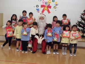 サンタさんを囲んで記念写真