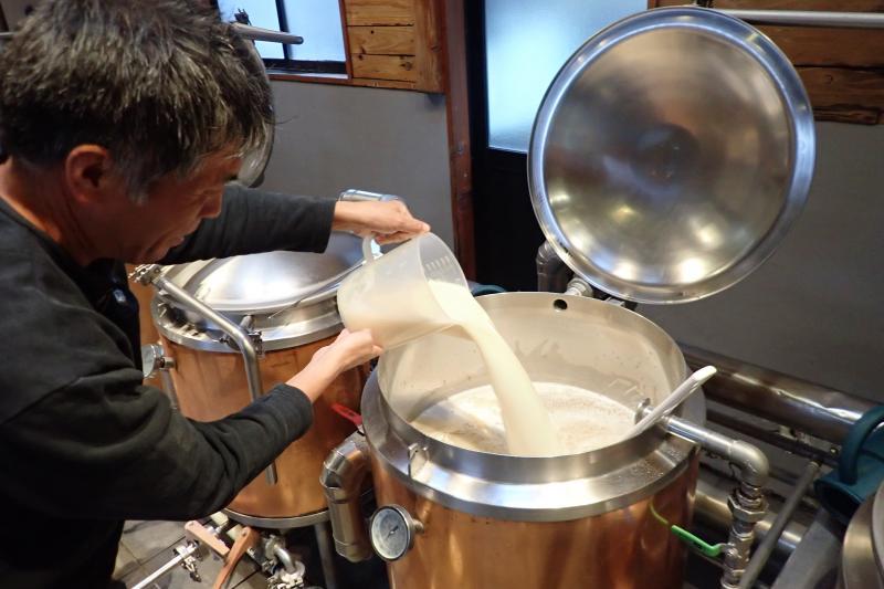 麦汁を窯に注ぎ込む