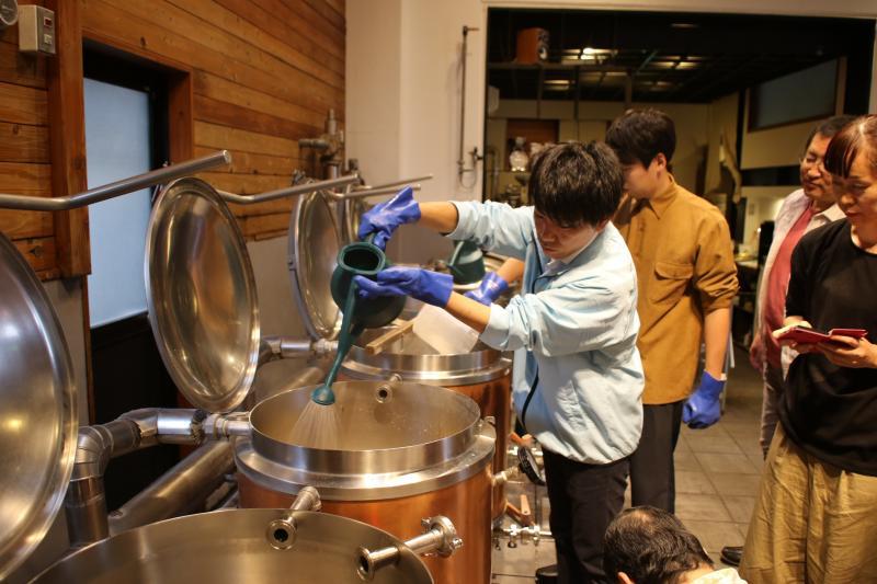 熱湯をかけるスパージング作業