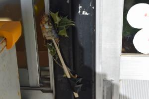 入口に飾った柊とイワシ