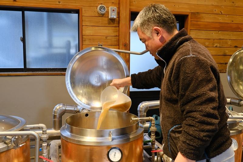 窯の下から出した麦汁を上から注ぎ循環させます